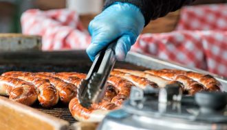 Saucisse autrichienne en train de cuire sur le grill